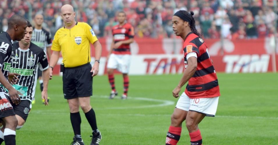 Ronaldinho Gaúcho (d) e  o árbitro Heber Roberto Lopes tiveram desentendimento no empate do Flamengo com o Figueirense em 2 a 2