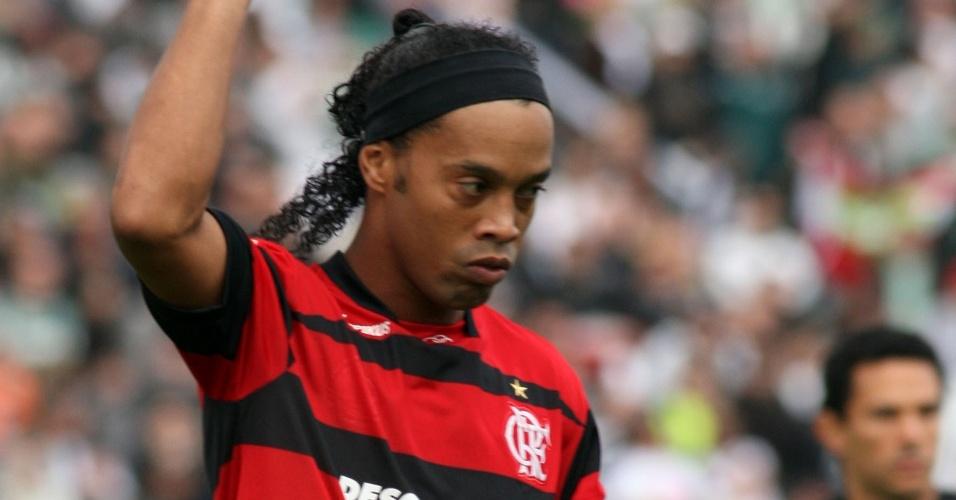 Ronaldinho Gaúcho em ação no duelo entre Flamengo e Figueirense