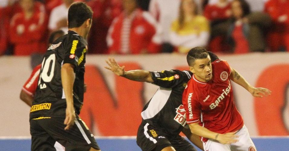 D'Alessandro encara forte marcação do Botafogo, que perdeu para o Internacional fora de casa
