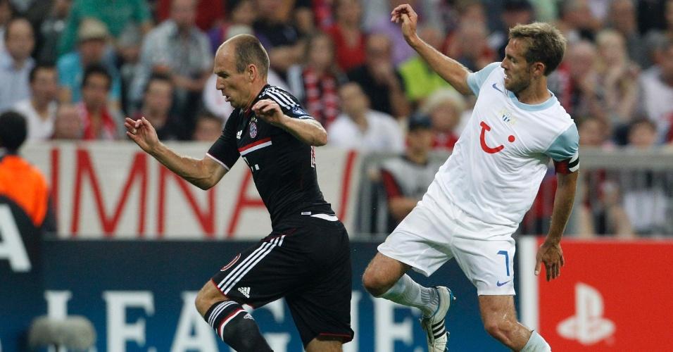 Holandês Robben, do Bayern de Munique, tenta se livrar da marcação de Silvan Aegerter, do FC Zurich
