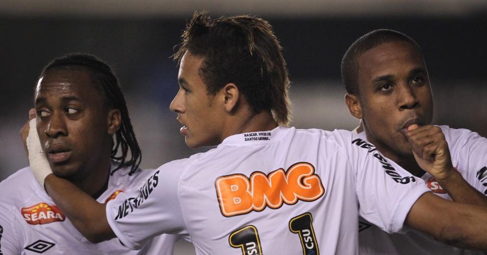 Neymar e Arouca abraçam Borges, autor dos gols santistas em derrota para o Coritiba na Vila Belmiro