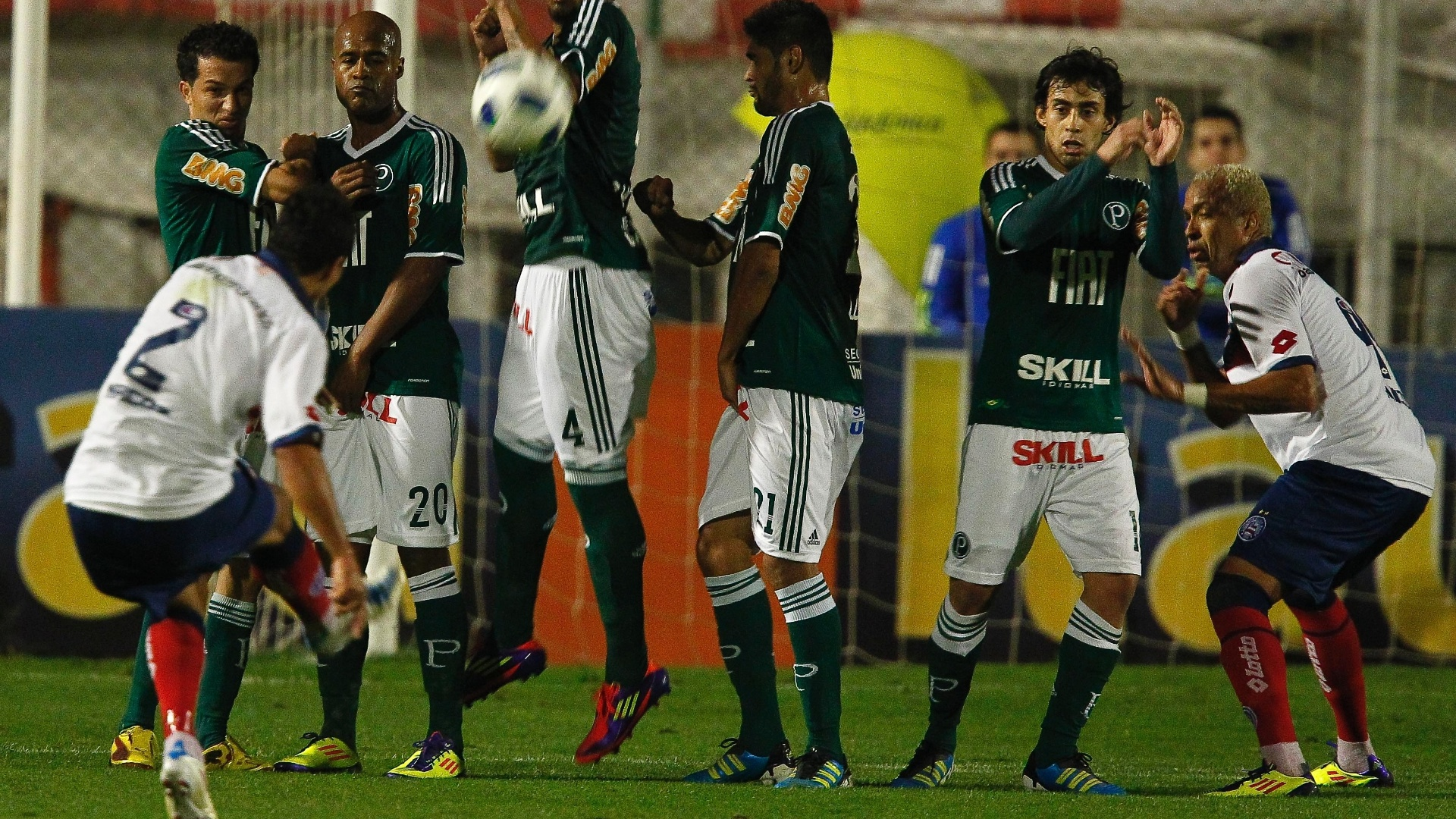 Barreira do Palmeiras pula para evitar chance de gol do Bahia em empate decepcionante dentro de casa
