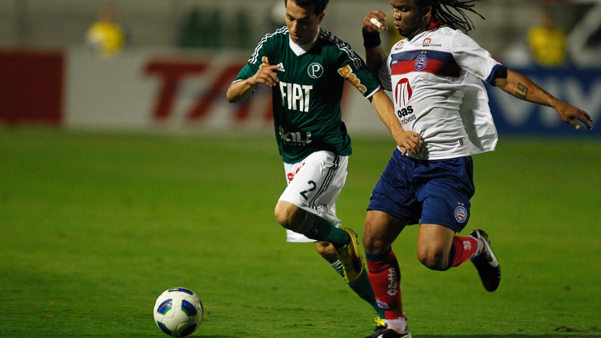 Carlos Alberto tenta ajudar na marcação do Bahia e persegue Cicinho; Palmeiras só empatou e vê crise aumentar
