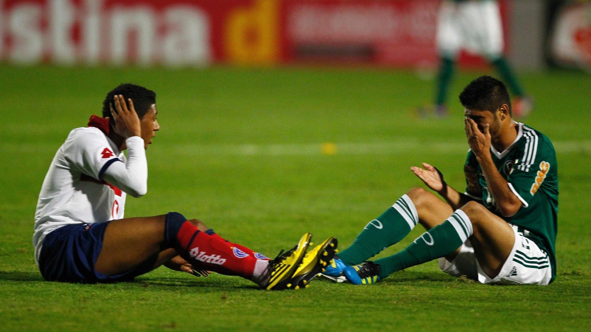 Jogadores de Palmeiras e Bahia reclamam de dores após choque durante jogo no Canindé