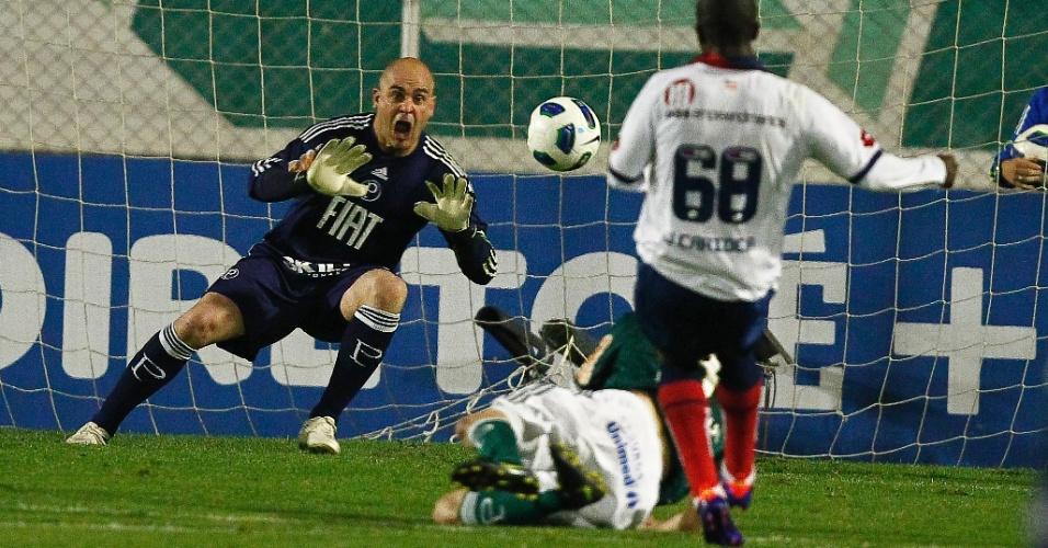 Marcos pula para fazer defesa em finalização do ataque adversário; Palmeiras tropeçou no Bahia e ficou no 1 a 1