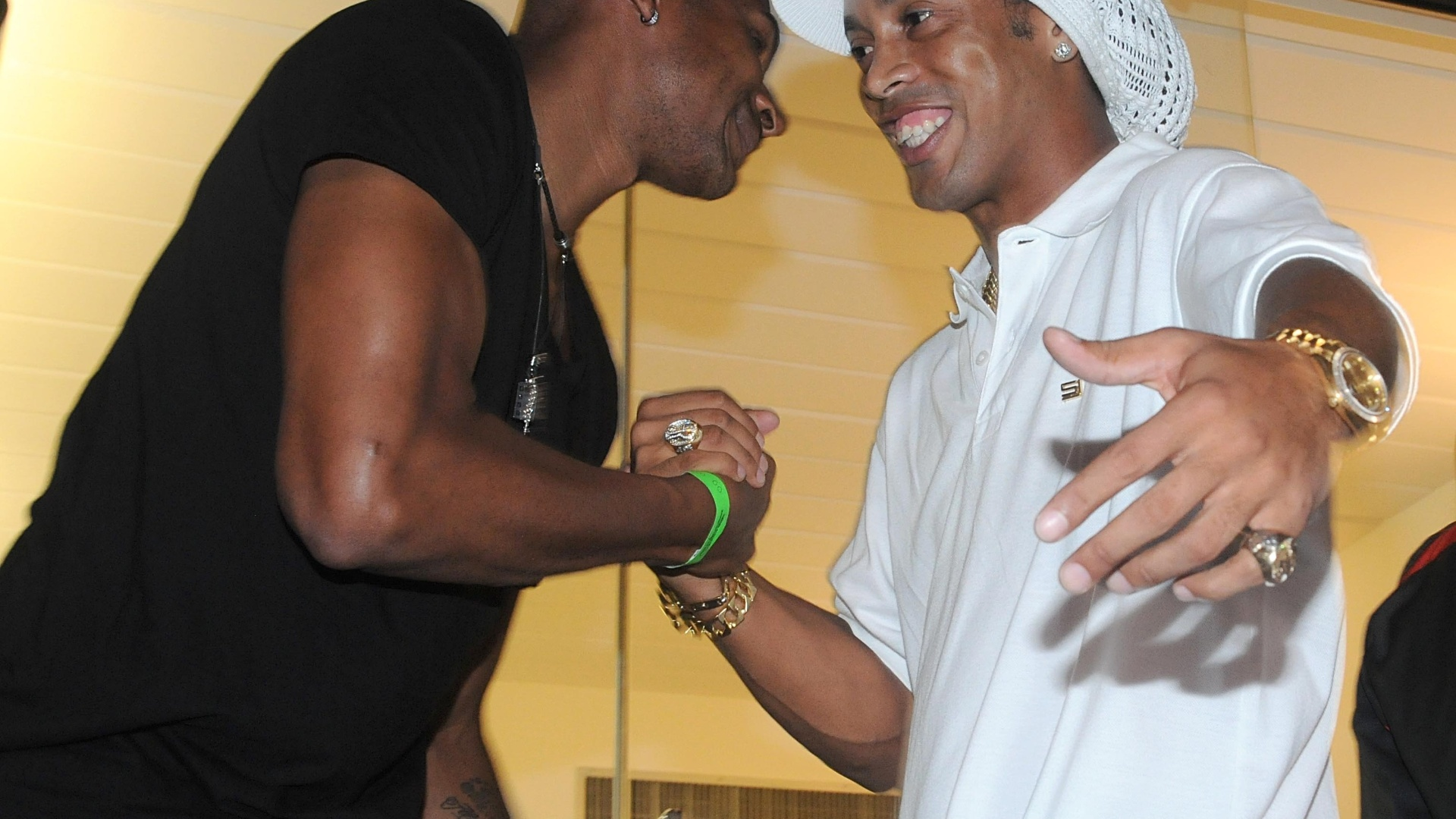 No camarote do Engenhão, Ronaldinho abraça jogador de basquete Leandrinho; astro do Fla estava suspenso e viu seu time ser goleado pelo Atlético-GO