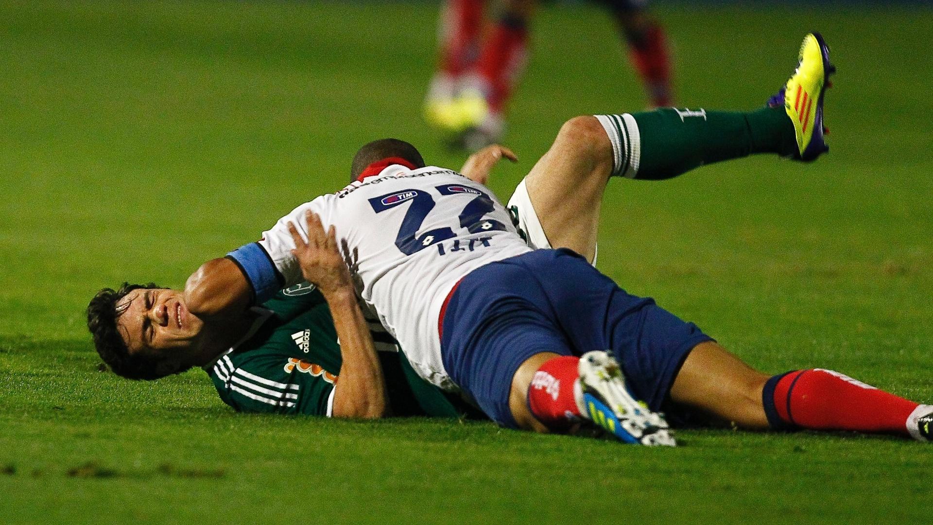 Kléber recebe uma cotovelada do zagueiro Titi; Bahia arrancou empate e agravou crise do Palmeiras