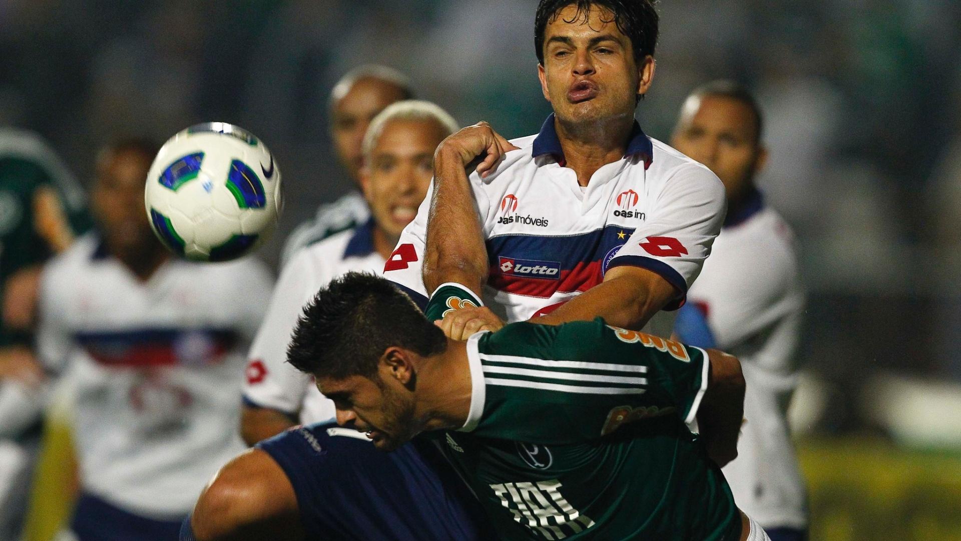 Volante Fahel tenta evitar chance de gol do Palmeiras, em cabeçada de Luan