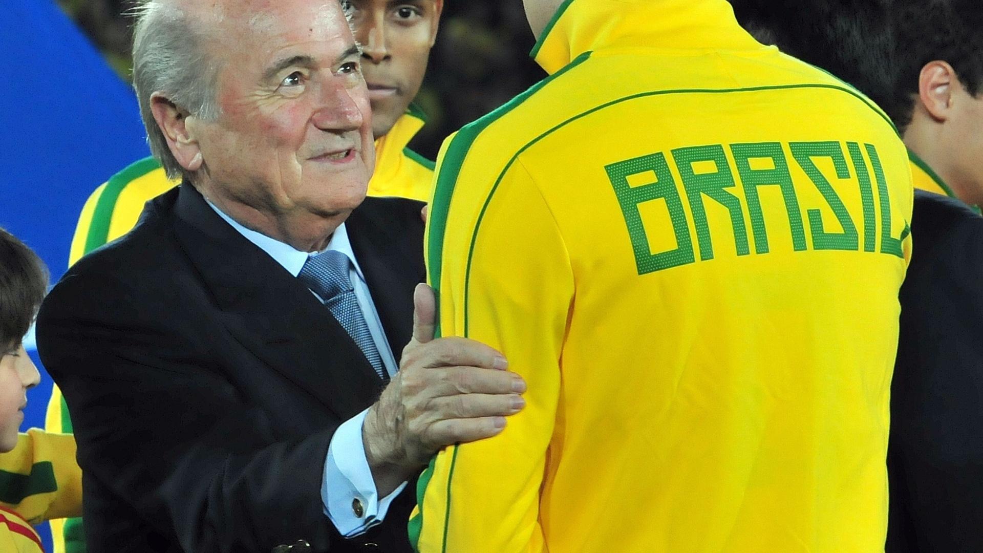 Blatter fez questão de cumprimentar jogadores do Brasil antes da decisão na Colômbia