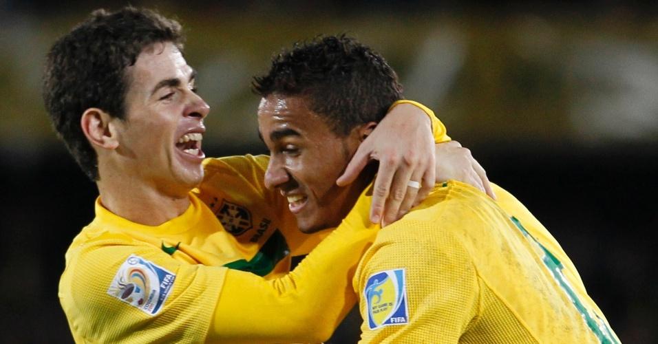 Oscar, autor dos dois gols do Brasil no tempo regulamentar, vibra com Danilo pelo gol de empate da seleção