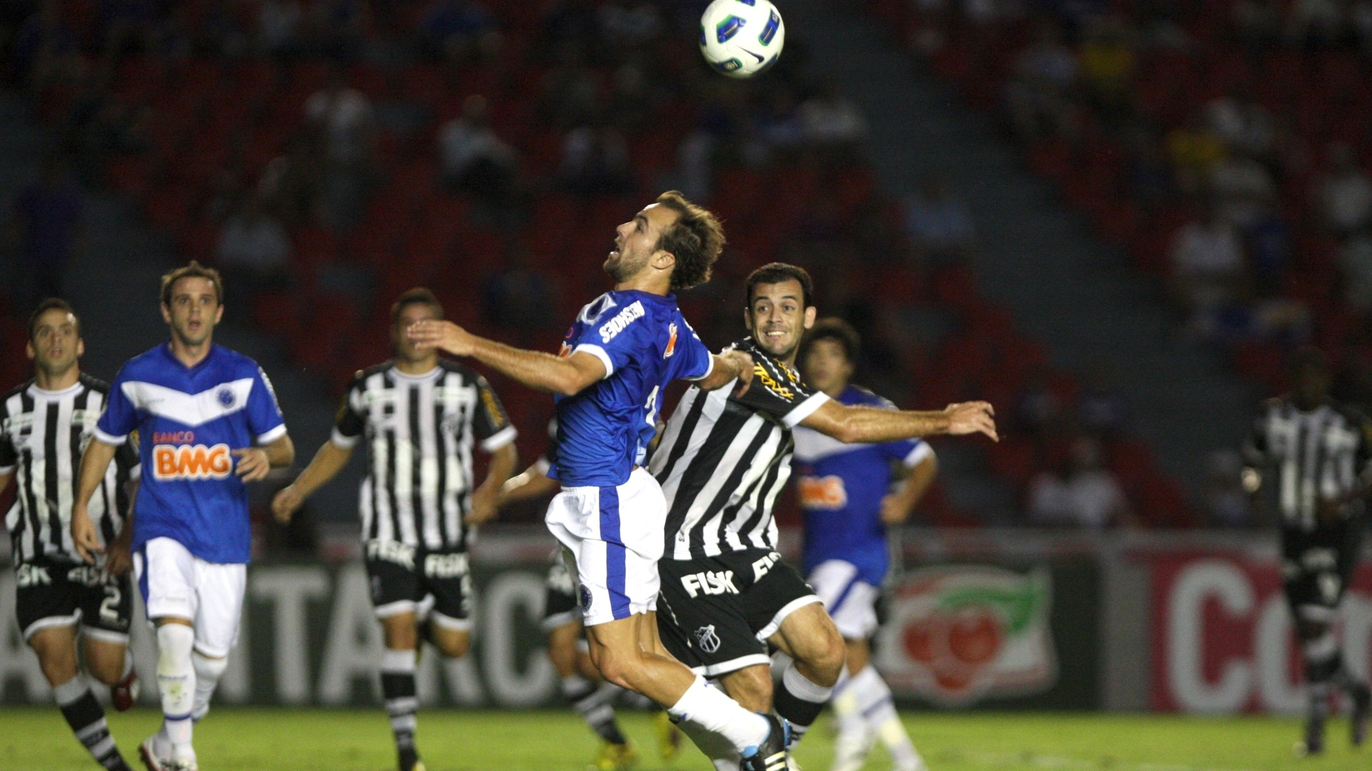 Roger disputa a bola com marcador durante partida entre Cruzeiro e Ceará, pelo Campeonato Brasileiro