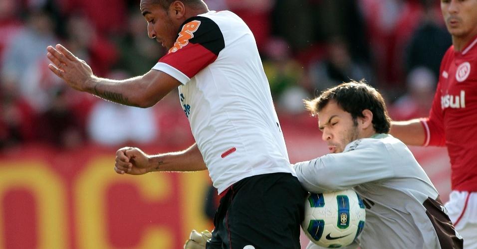Deivid disputa a bola com o goleiro Muriel durante o duelo entre Flamengo e Inter, pelo Brasileirão