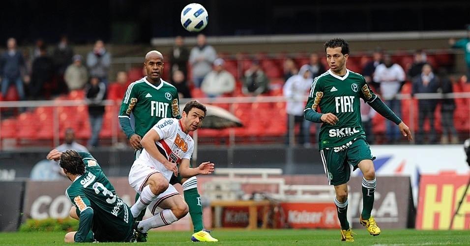 Henrique, do Palmeiras, dá um carrinho para impedir o avanço do lateral Juan