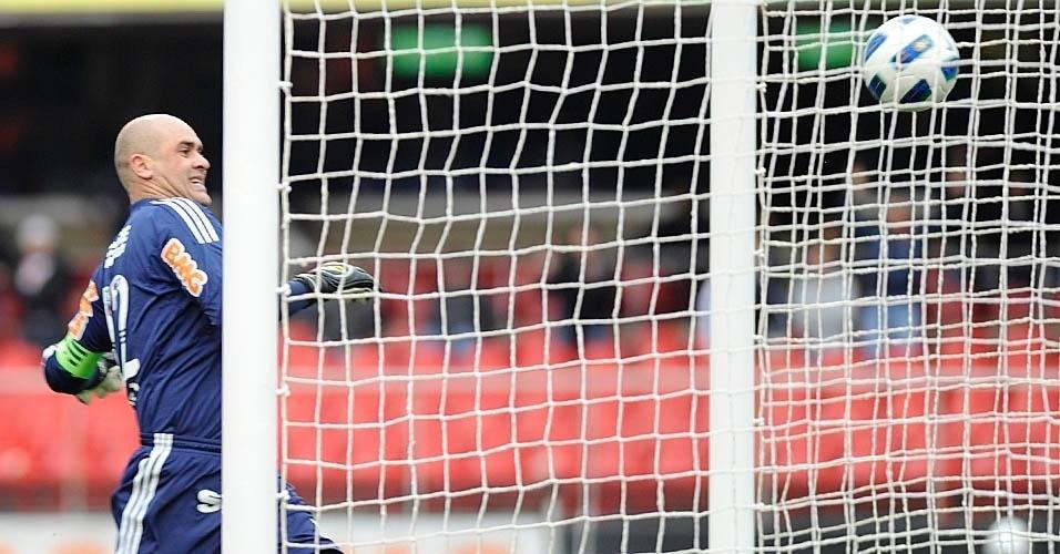 Marcos faz careta para tentar evitar o gol do São Paulo no clássico do Morumbi