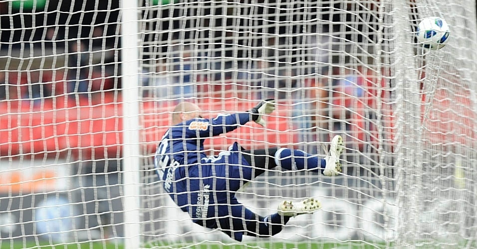 Marcos se estica e dá uma voadora na rede para tentar impedir o gol de Dagoberto
