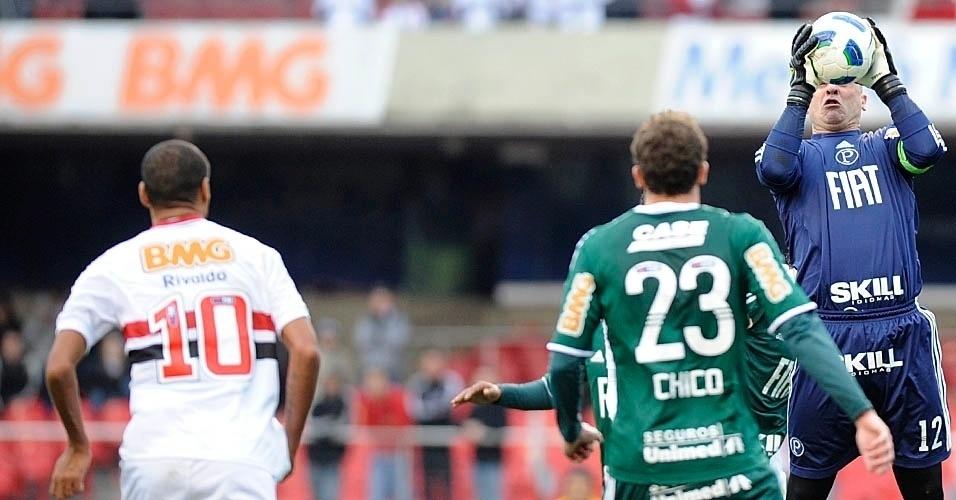 Marcos sobe e faz a defesa em lance do clássico paulista entre São Paulo e Palmeiras