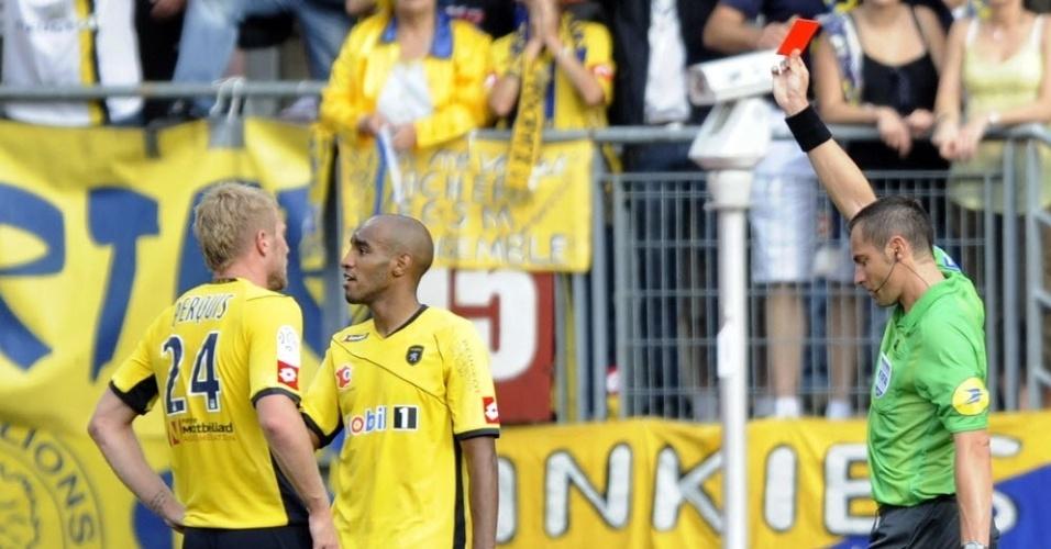 O árbitro Stephane Lannoy mostra o cartão vermelho para expulsar o brasileiro Carlão, do Sochaux, da partida contra o Nancy, pelo Francês