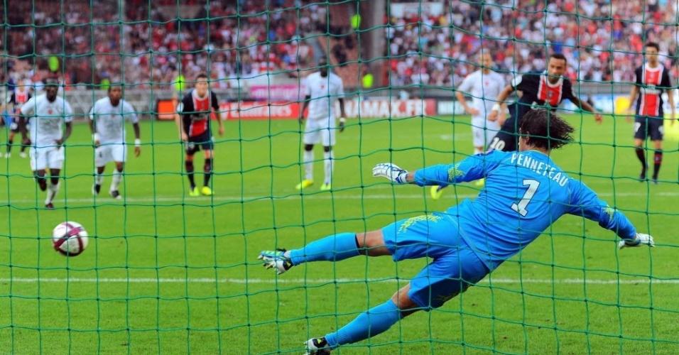 O brasileiro Nenê bate o pênalti para fazer um gol para o Paris Saint-Germain na partida contra o Valenciennes, pelo Campeonato Francês