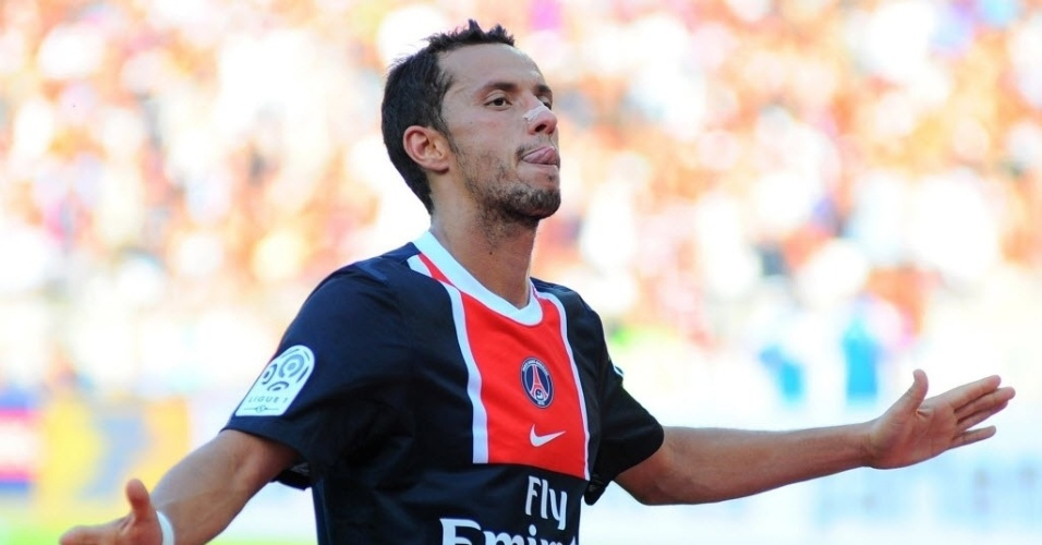 O brasileiro Nenê, do Paris Saint-Germain, festeja o gol que marcou sobre o Valenciennes, pelo Campeonato Francês