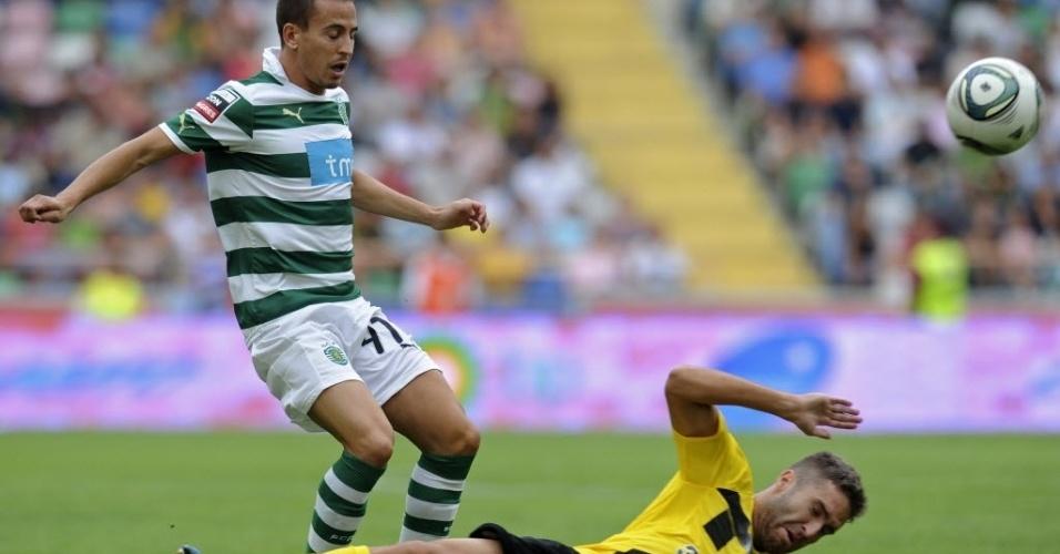 O zagueiro João Pereira, do Sporting, se segura para não atropelar o meio-campista Rui Sampaio, do Beira-Mar, em jogo do Campeonato Português