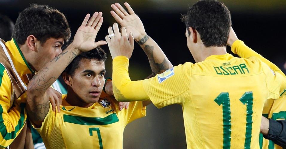 Oscar, autor dos três gols da vitória por 3 a 2 sobre Portugal, cumprimenta Dudu após garantir título para o Brasil