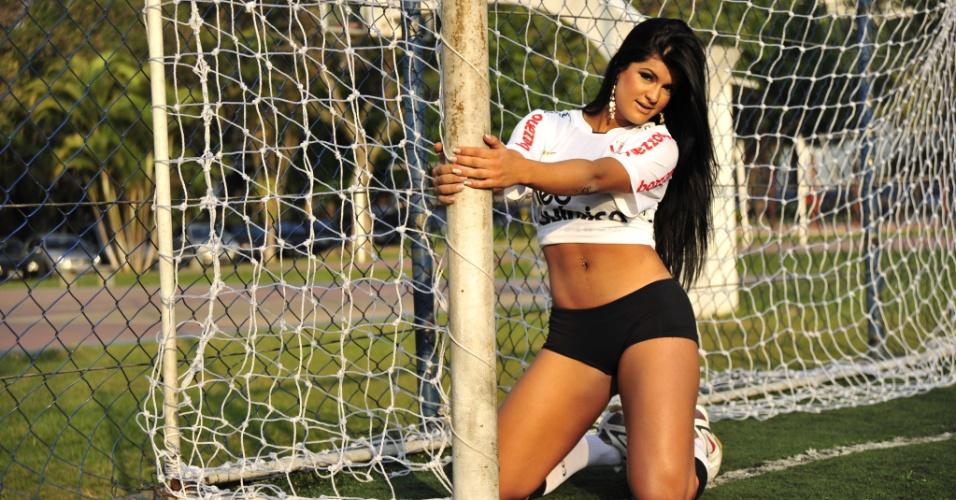 Camila Vernaglia, gata do Corinthians, posa de uniforme