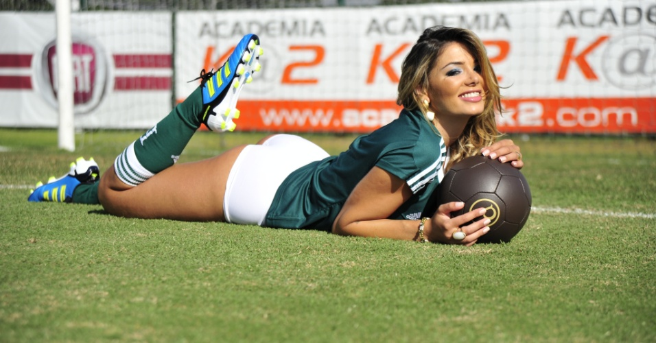 Tassiana Dunamis, gata do Palmeiras, posa no CT do time
