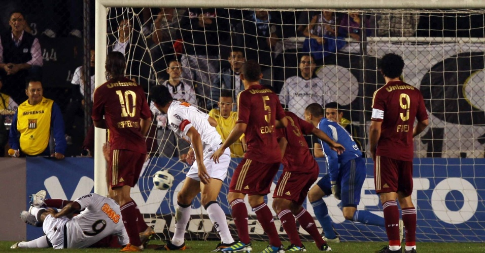 Depois da cabeçada certeira de Borges, a bola entra no gol de Diego Cavalieri. Na Vila, Santos faz 1 a 0 no Fluminense em jogo do Brasileirão