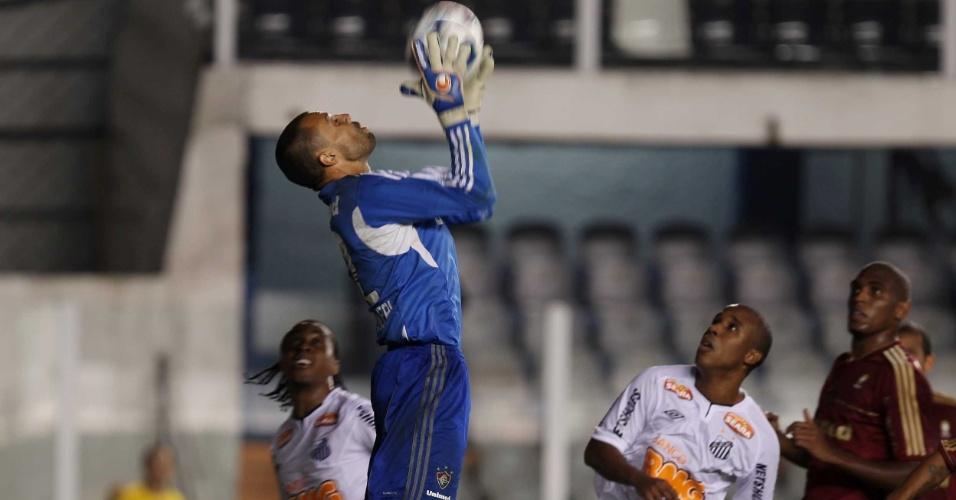 Diego Cavalieri segura firme a bola, enquanto Arouca e o artilheiro Borges, do Santos, torcem por um vacilo do goleiro do Fluminense