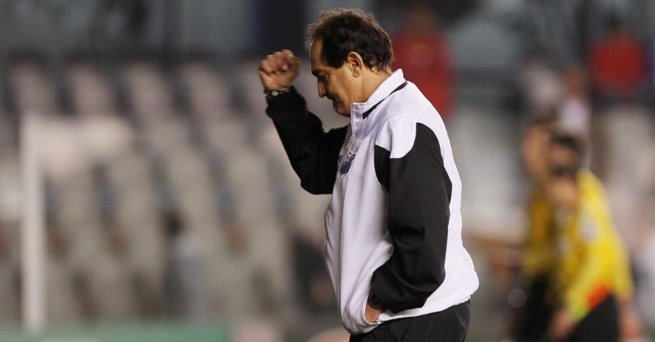 O técnico Muricy Ramalho, do Santos, comemora após conquistar a vitória sobre o seu antigo clube, o Fluminense