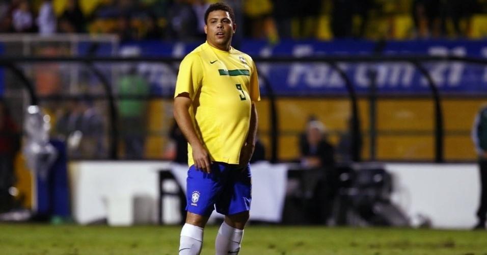 Em sua despedida da seleção brasileira, Ronaldo ostentou uma barriga de respeito no gramado do Pacaembu (07/06/2011)