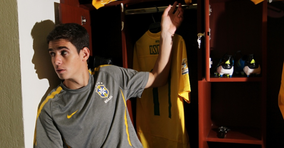 O meia Oscar se prepara para pegar a camisa e decidir a partida que definiu o penatacampeonato da seleção no Mundial Sub-20