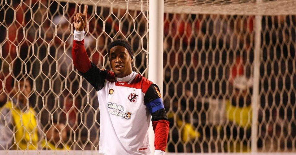 Ronaldinho Gaúcho agradece aos céus após marcar o gol que definiu classificação do Fla na Sul-Americana