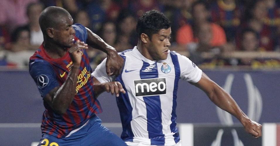 O zagueiro francês Abidal, do Barcelona, disputa bola com o o brasileiro Hulk, do Porto, durante a decisão da Supercopa de Europa, em  Mônaco