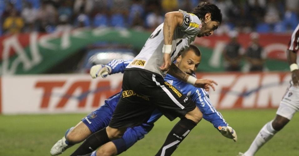 Botafogo perdeu grande chance de gol na 1ª etapa, mas Loco Abreu perdeu tempo ao superar Cavalieri