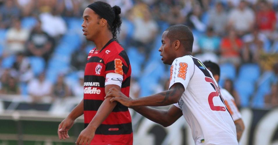 Dedé faz marcação firme em cima de Ronaldinho Gaúcho no clássico entre Flamengo e Vasco