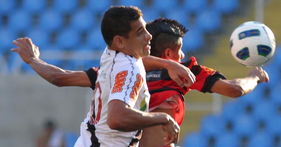Diego Souza e Léo Moura disputam bola durante clássico entre Vasco e Flamengo, no Engenhão