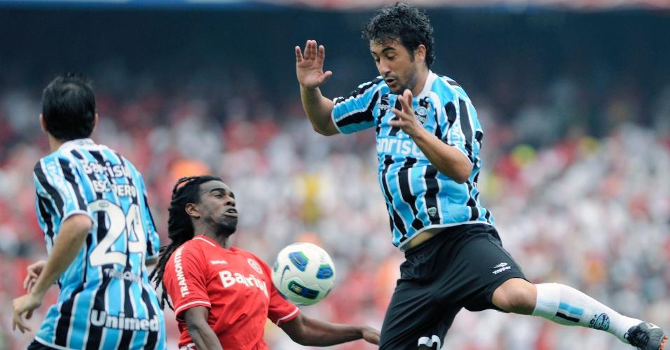 Douglas e Tinga disputam bola no clássico da última rodada entre Grêmio e Inter