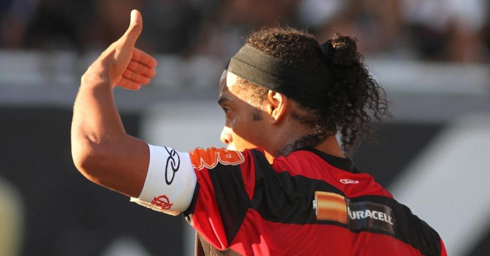 Em tarde de muito sol no Engenhão, Ronaldinho Gaúcho tenta se proteger durante clássico entre Fla e Vasco