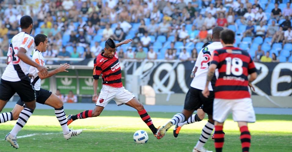 Observados por marcadores do Vasco, Léo Moura tenta finalização em clássico que terminou sem gols
