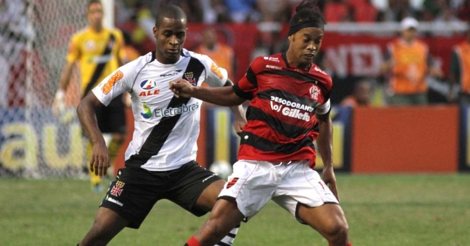 Ronaldinho Gaúcho e Dedé, estrelas de Flamengo e Vasco, disputam bola durante empate sem gols no clássico