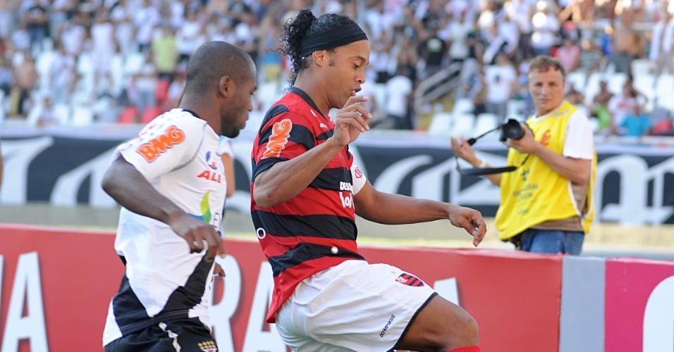 Ronaldinho Gaúcho tenta escapar de marcação durante clássico entre Flamengo e Vasco