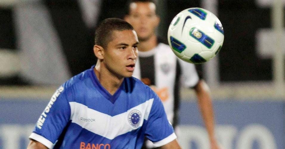 Wellington Paulista, atacante do Cruzeiro, domina a bola no clássico do Atlético-MG