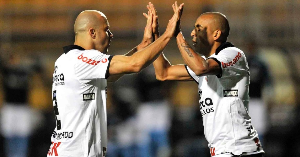Emerson comemora com Alessandro após marcação de pênalti sobre o atacante no jogo entre Corinthians e Grêmio