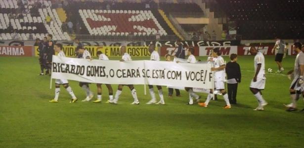 Jogadores do Ceará mostram faixa de apoio ao técnico Ricardo Gomes antes da partida contra o Vasco