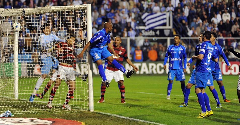 Ronaldinho Gaúcho acertou belo chute para marcar gol olímpico para o Fla em jogo contra o Avaí