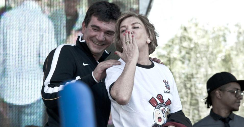 Acompanhada de Andres Sanchez, ex-primeira-dama, Marisa Letícia da Silva, manda beijinhos para o público durante festa no Itaquerão