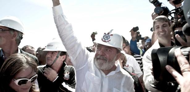 Ex-presidente Lula comparece ao Itaquerão e aprecia o contrato da obra da arena