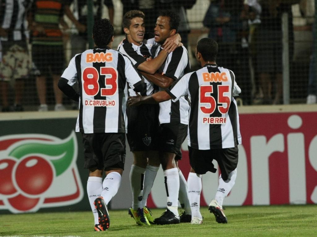 Jogadores do Atlético-MG comemoram o gol contra de Arlan, do Avaí, em jogo do Campeonato Brasileiro