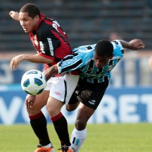 Madson (esq.) disputa jogada em encontro com Grêmio, um de seus derradeiros jogos pelo Atlético